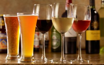 Un român bea, în medie, 80 de litri de bere și 24 de litri de vin pe an